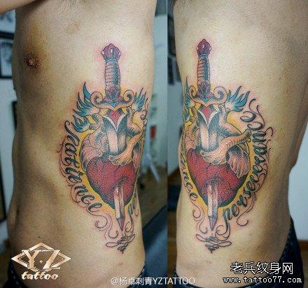 侧腰时尚经典的一款匕首心脏纹身图案