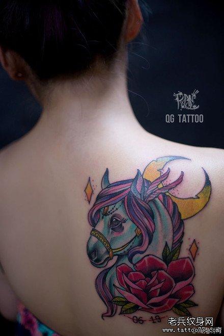 女生肩背时尚经典的马纹身图案
