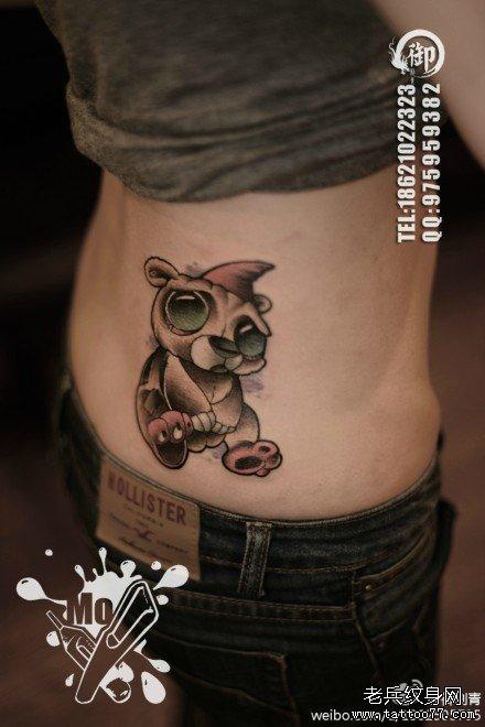 女生侧腰时尚经典的小熊纹身图案