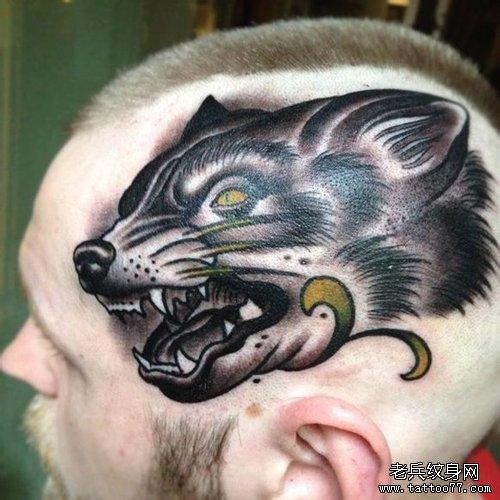 男人头部帅气潮流的狼头纹身图案