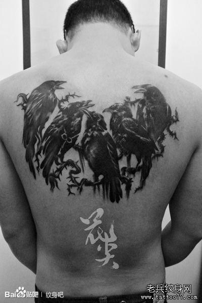 男人后背时尚很帅的乌鸦纹身图案