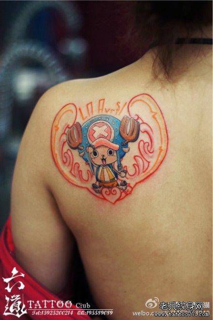 女生肩背可爱潮流的乔巴纹身图案