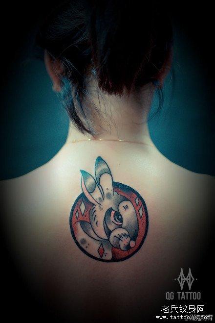 女生后背可爱经典的兔子纹身图案