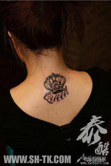 女生后脖子精美时尚的皇冠纹身图案图片
