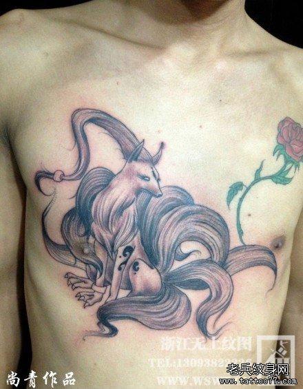 男生前胸经典帅气的九尾狐纹身图案