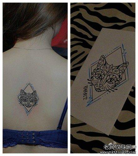 女生后背唯美好看的图腾猫咪纹身图案