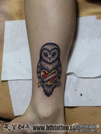 腿部一款简单时尚的猫头鹰纹身图案