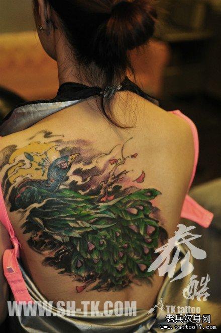 女生后背漂亮的彩色孔雀纹身图案