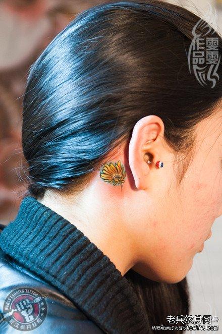 很特别的一款耳后小雏菊纹身作品及寓意