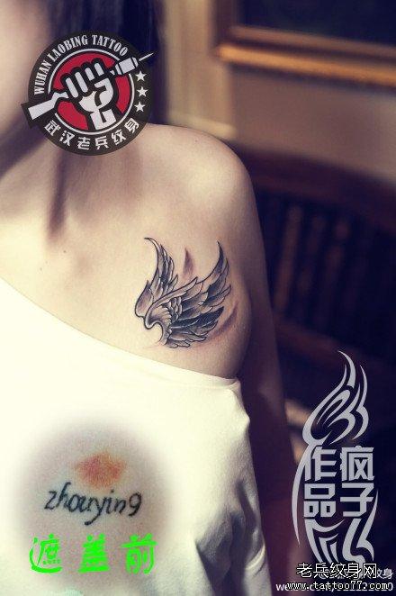 武汉纹身店疯子为两位美女打造的胸部翅膀纹身作品遮盖旧纹身图案