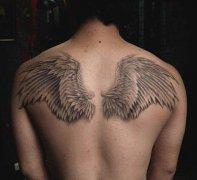 男生背部天使的翅膀纹身图案