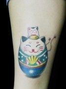 女生腿部可爱的不倒招财猫纹身图案