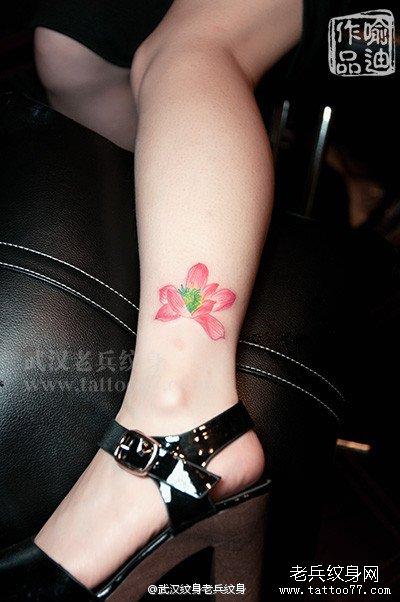 武汉老兵纹身店喻迪制作的脚部荷花纹身图案作品及意义