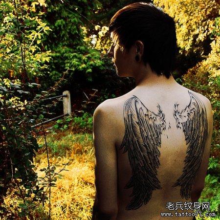 男孩后背翅膀纹身图案及意义