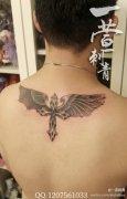 男生后背潮流经典的十字架翅膀纹身图案