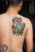 纹身师喻迪两个月前打造的school蛇纹身作品恢复后