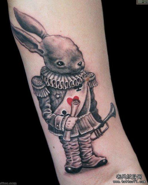 分享小臂上一张个性小兔纹身图片