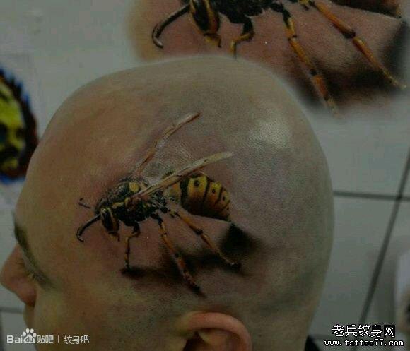 男子头上一款写实蜜蜂纹身作品