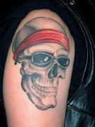 大臂上一款很潮的骷髅纹身作品