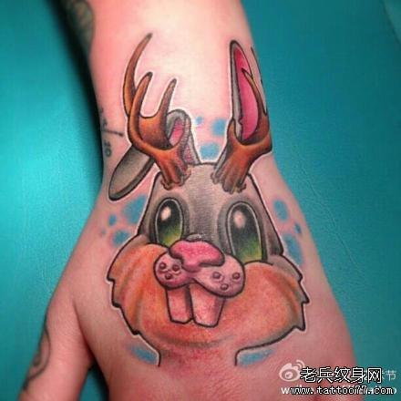 手背上一款卡通兔子纹身作品