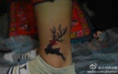 女生腿部潮流经典的小鹿纹身图案