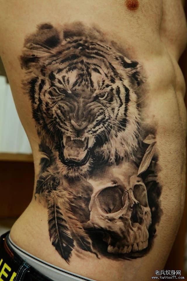 侧腰上一款霸气的骷髅头老虎纹身图案