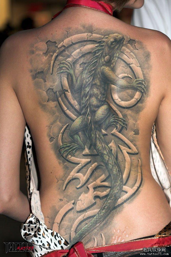 美女后背上一款立体蜥蜴纹身图案
