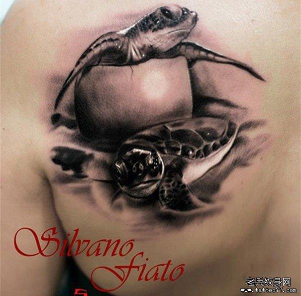 后背上一款海龟纹身图案