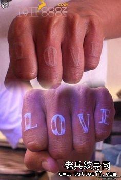 荧光纹身夜光纹身隐形纹身图片手指字母