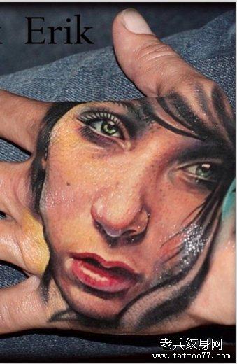 手背上一款欧美漂亮女人肖像纹身作品