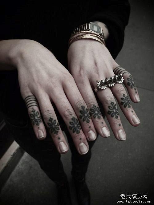 一款酷的中国结手指纹身图案作品图片