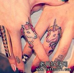 一对可爱的情侣独角兽手指纹身作品图片分享