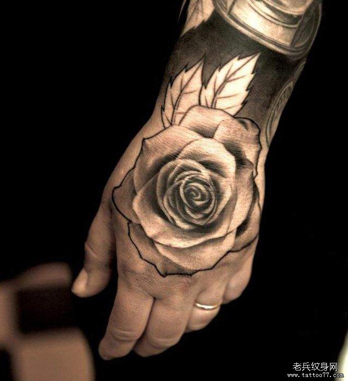 手背上一款漂亮玫瑰花纹身作品图片
