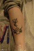 男人胳膊内侧爱性宣言字母纹身图片