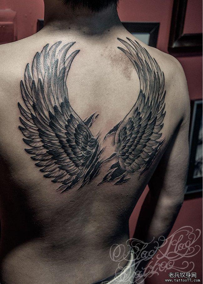 武汉纹身网提供一颗背部天使翅膀纹身图案图片