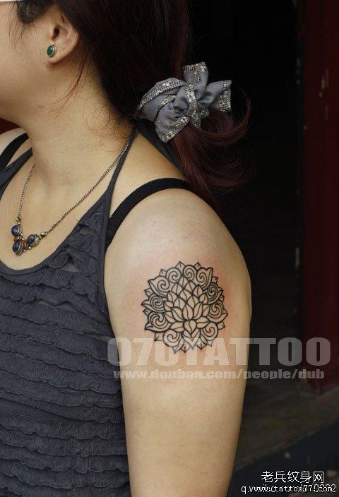 大臂上一款个性莲花纹身图案