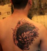 武汉最好的纹身网推荐一款背部鲤鱼莲花纹身图案