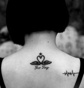 一款女性背部天鹅字母纹身图案由武汉纹身店推荐
