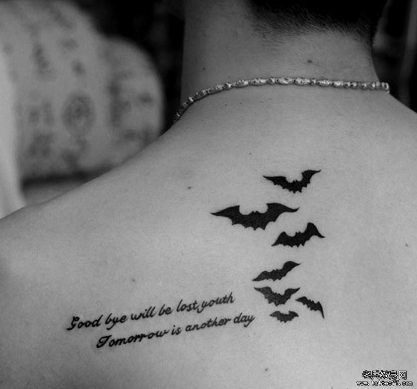 武汉最好的纹身网推荐一款背部字母蝙蝠纹身图案图片