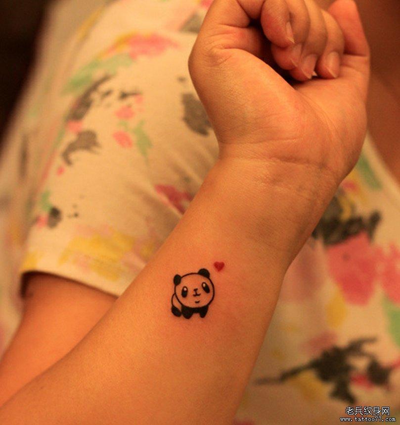 手腕卡通熊猫文身图案由武汉刺青店推荐