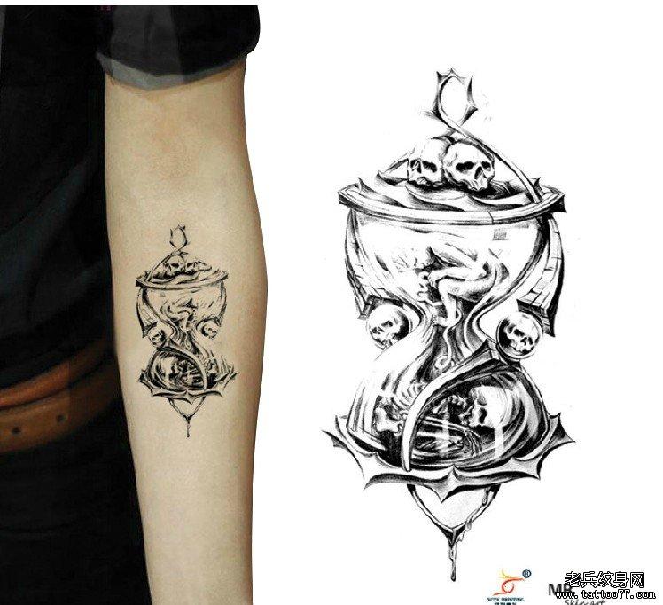 武汉最好的纹身店推荐一款沙漏骷髅纹身图案