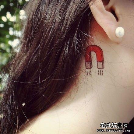 一款女性脖子个性纹身图案由武汉最好的刺青店推荐