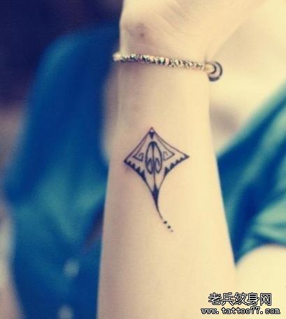 一款女性手臂小清新风筝纹身图案由武汉纹身推荐