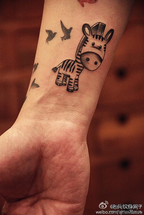 武汉最好的纹身店推荐一款手腕小马马纹身图案