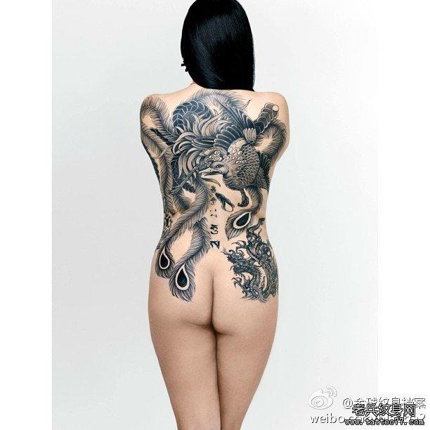 一款女性满背黑白凤凰纹身图案由武汉纹身店推荐