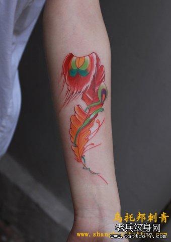 手部红色羽毛纹身图案
