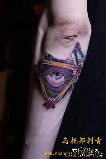 男人手部个性上帝之眼纹身图案