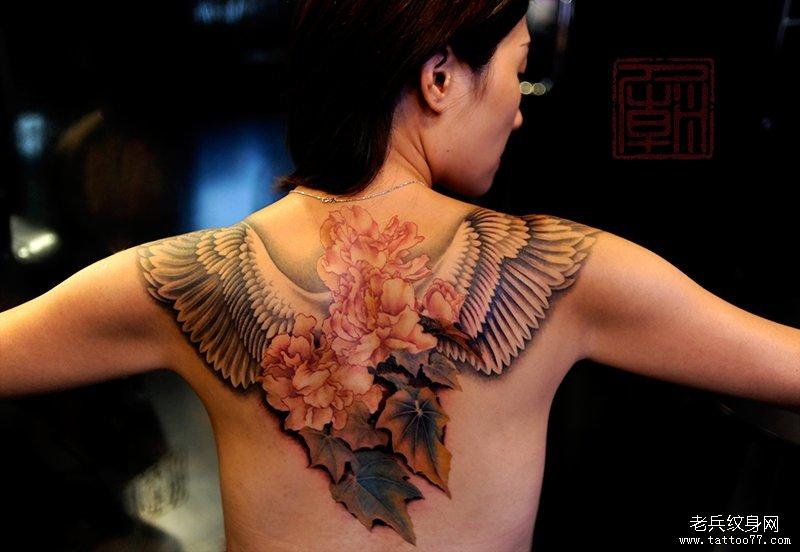 背部一款翅膀花叶子纹身图案图片