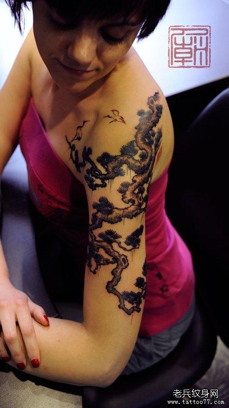 女性胳膊好看的松树纹身图案