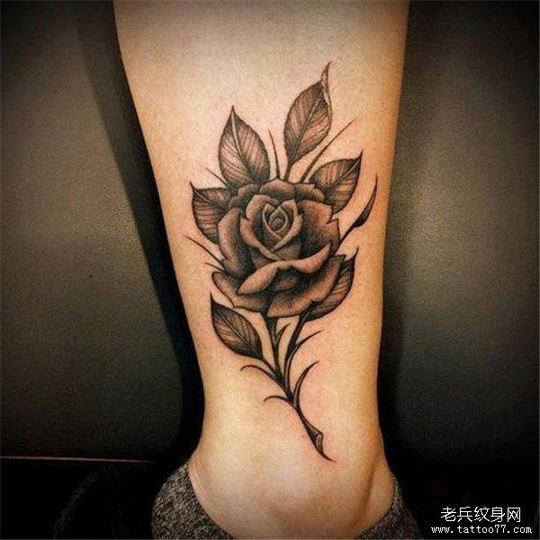 女性脚踝黑灰玫瑰花纹身图案由武汉纹身店推荐图片